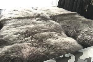 アウトドア・車中泊マット車用ムートンラグライトグレー系(薄い灰色系)の画像