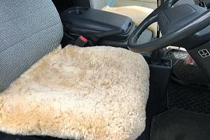 ムートンカーシート車用クッション座布団 50x50ベージュ系の画像