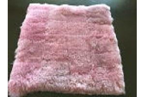 ローズピンク短毛ムートンクッション40x40cmローズピンク裏地無しのパッチワーク仕上げの画像